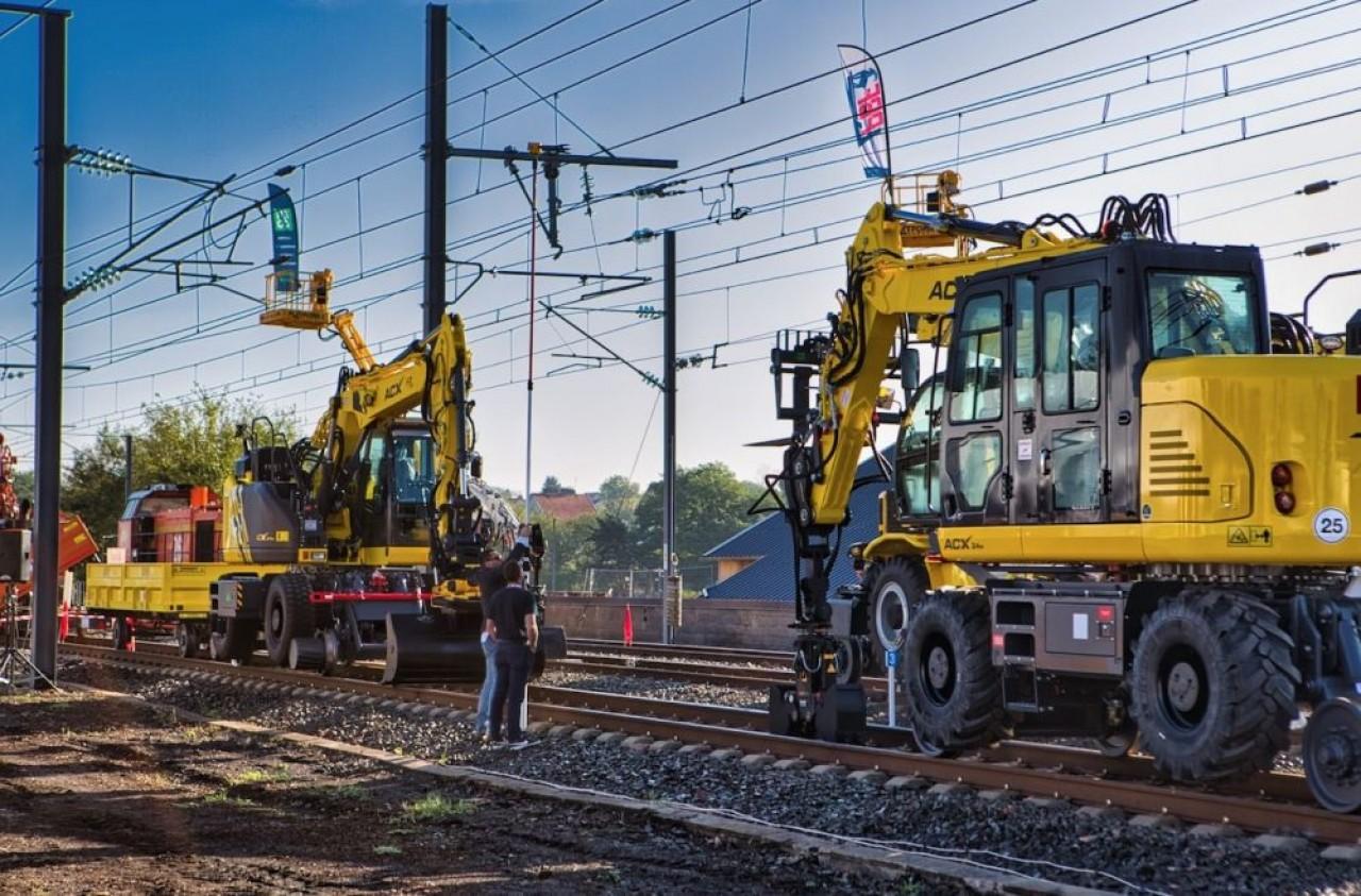 Derniers modèles de pelles rail/route pour les travaux ferroviaires du constructeur français ACX. © Arnaud Morel