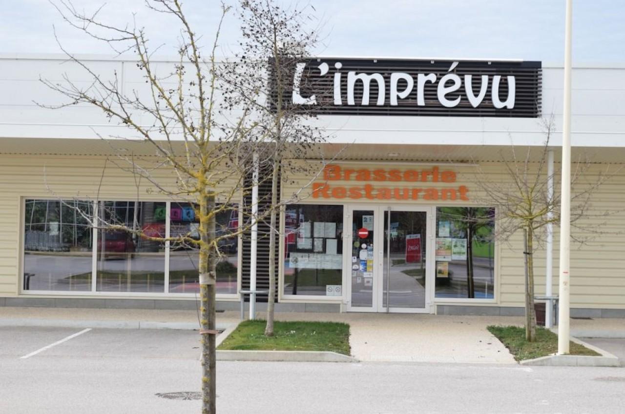 Le restaurant L'imprévu est le seul commerce fermé de la zone commerciale de Mirebeau-sur-Bèze, alors qu'on s'entasse souvent ailleurs : boulangerie, supermarché, grande surface spécialisée... © Traces Ecrites