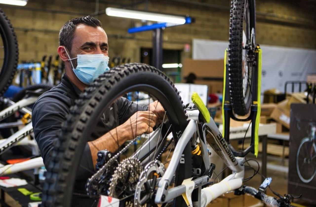Chez Cycles Lapierre, à Dijon, la production s'opère à flux tendu, et le fabricant ne dispose guère que d'une quinzaine de jours de pièces d'avance. © Arnaud Morel