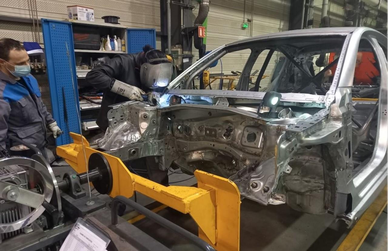Mplus, dont General Electric était un gros client, pallie cette défaillance par la diversification, entre autres, dans le sport automobile. En photo, transformation d'une Peugeot 208 en voiture de rallye.  © Traces Ecrites