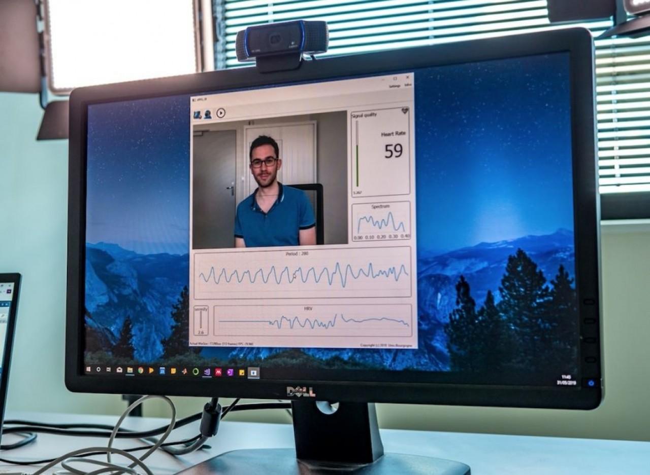 L'interface du logiciel rPPG qui permet d'estimer certains paramètres physiologiques d'une personne, à partir du simple flux vidéo d'une caméra classique, montrant ici 59 pulsations cardiaques. © E. Pau