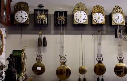 Dans le Jura, L'Etabli du pendulier remet à l'heure les pendules