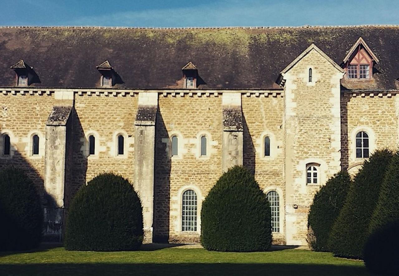 Le bâtiment des converts du domaine de l'abbaye de Pontigny sera le premier restauré pour y installer un centre d'art contemporain. © Lexy Design