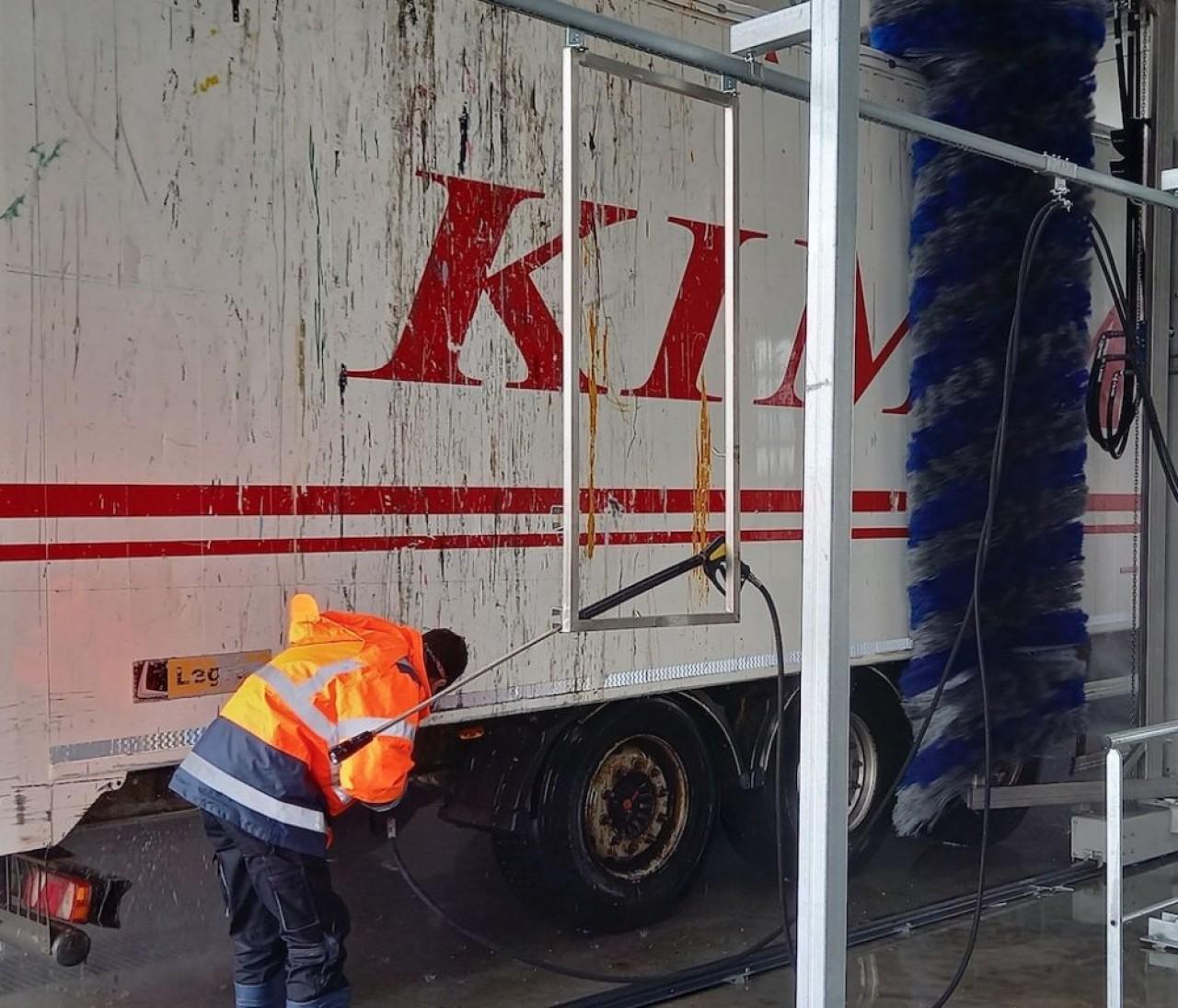 Constatant le manque de parkings sécurités et aires de servces complètes pour les poids lourds, les Transports Kimmel viennent d'installer une aire de services sur l'A4, avec notamment une station de lavage (en photo). © Mathieu Noyer