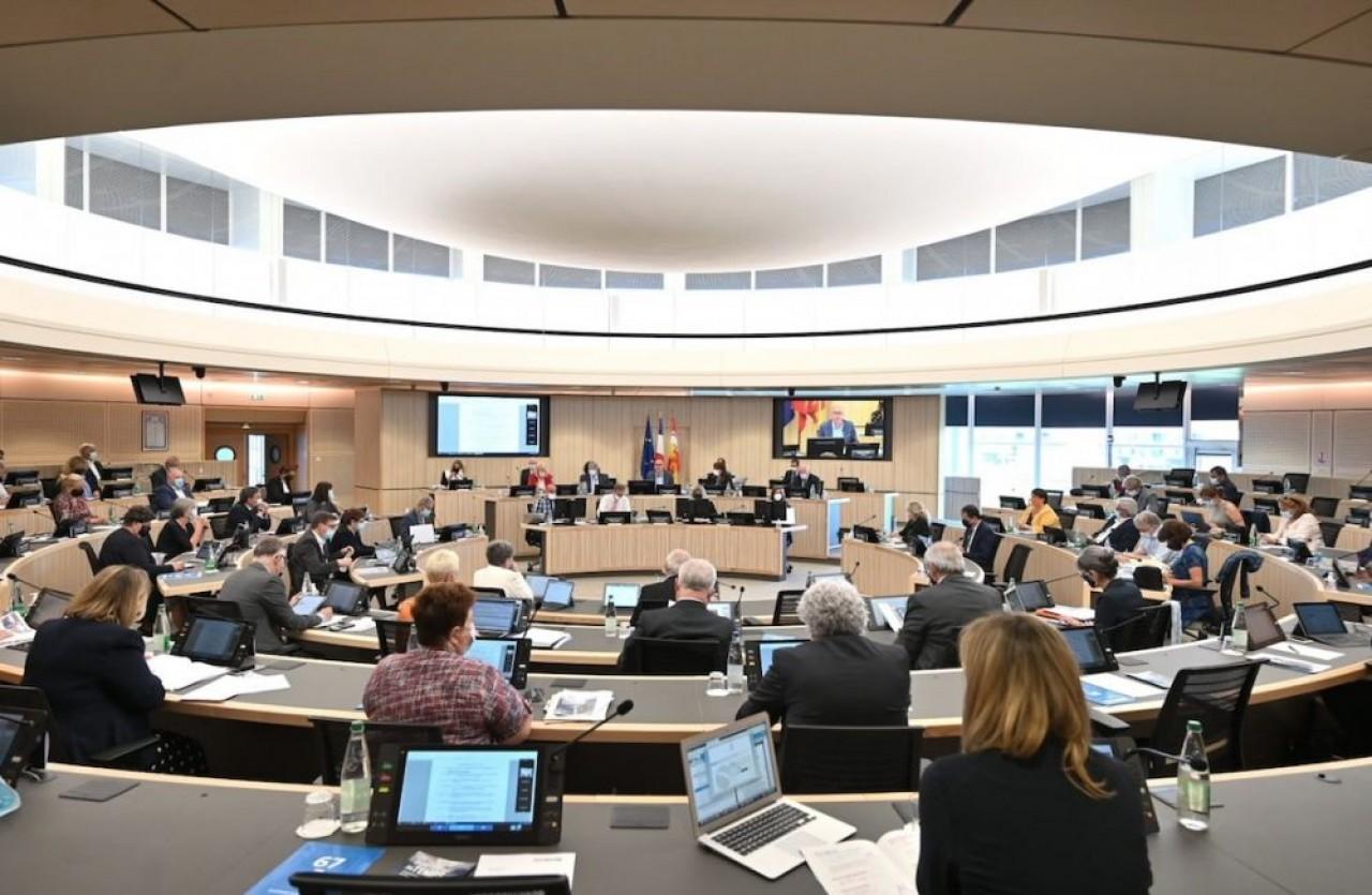 L'assemblée de la Collectivité européenne d'Alsace, résultant d'une fusion des départements du Bas-Rhin et du Haut-Rhin, compte 80 élus. Ici en session plénière le 31 mai 2021. © Alexandre Schlub/CeA