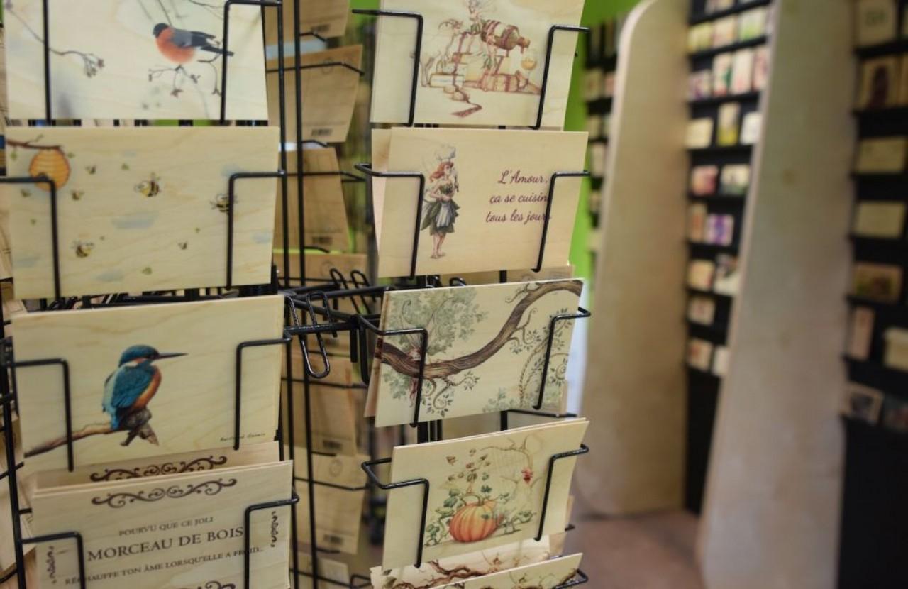 Installée en pleine campagne dans un bâtiment qu'elle vient de racheter à la communauté de communes du Val d'Amour, Hironwoods fabrique des cartes avec des feuilles de placage en bois. ©Traces Ecrites