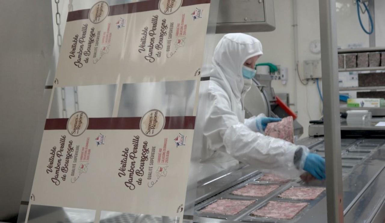 Conséquence de la crise sanitaire, la charcuterie Salaisons Dijonnaises fournit désormais les épiceries solidaires, avec une décote tarifaire.