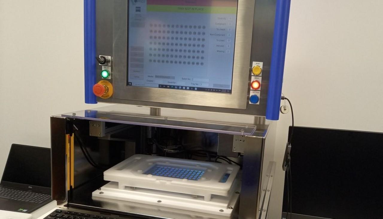 V-Optics utilise la technologie de la « déflectométrie à décalage de phase » pour détecter et évaluer les défauts et caractéristiques des  surfaces. © Traces Ecrites