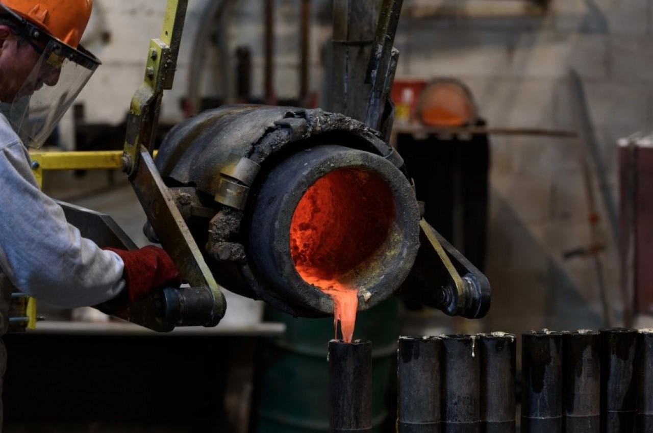 Coulée de métal, dont certains deviennent précieux, comme le cuivre dont le prix a été multiplié par deux et l'argent, en hausse de 87,5%.