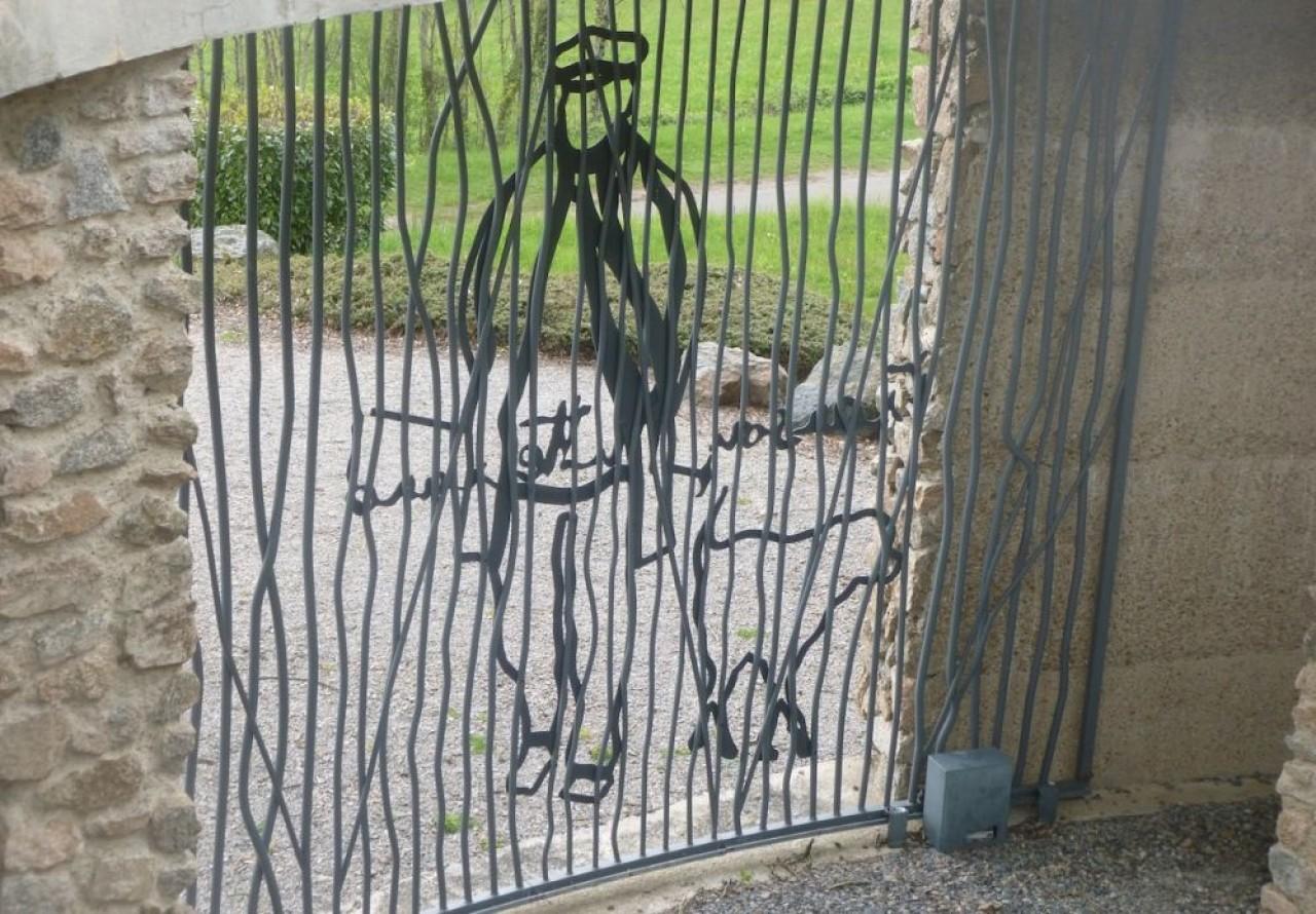 L'Espace François-Mitterrand à Château-Chinon (Nièvre) : la silhouette de l'ancien Président de la République accompagné de sa chienne labrador Baltique sur la grille d'entrée. © Traces Ecrites