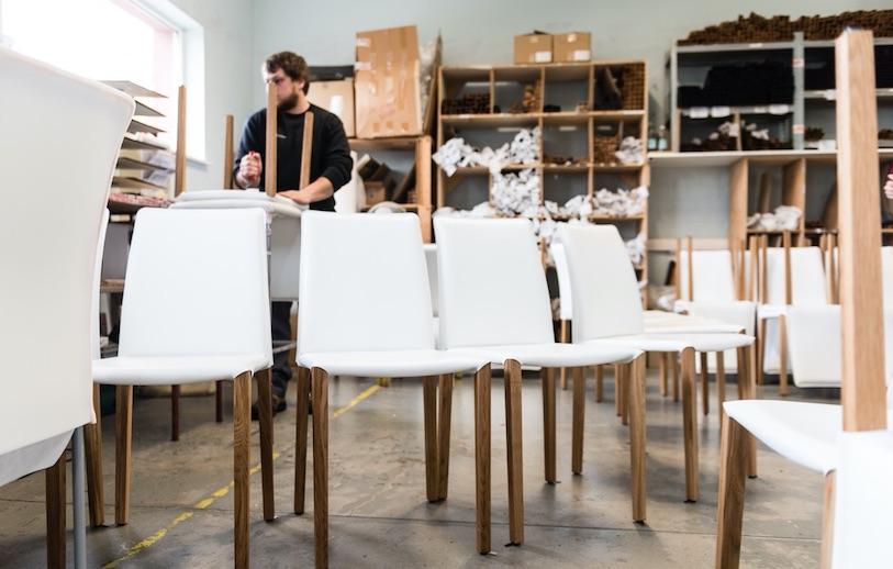 il y a deux ans le fabricant alsacien de chaises en cuir a abandonn sa prsence physique dans la grande distribution de lameublement pour se lancer dans - Des Chaises