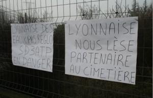 Les pancartes accrochées sur la clôture de l'entreprise dénoncent le différend avec Lyonnaise des Eaux, son principal donneur d'ordre.