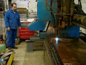 Opération de découpe de tôle chez Cita Production.