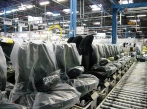 Alignement de sièges près à rejoindre l'usine PSA de Sochaux, chez Siedoubs à Étupes (Doubs).