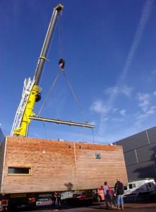 Installation sur le salon du prototype Habitat Zéro Carbone constitué de deux modules de 30 m2 et d'une terrasse.