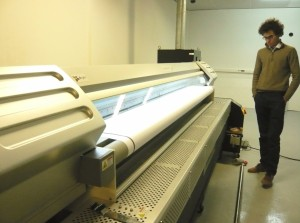 L'imprimante  que l'entreprise vient d'acquérir permet de reproduire des images sophistiquées sur des grandes largeurs.