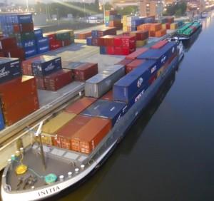 Chargement de conteneurs de la Compagnie française de navigation rhénane sur son site au terminal de Bruxelles.