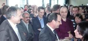 François Hollande salue les salariés d'oncodesign, sous le regard de Philippe Genne, P-DG.