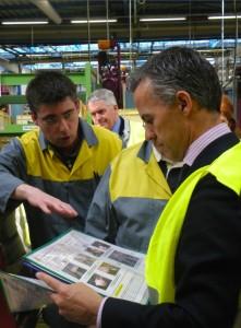 Laurent Droxler (à gauche), responsable du site 3 des AST, présente les fiches de poste adaptées aux travailleurs handicapés à Javier Varela, directeur de l'usine PSA de Sochaux (à droite).