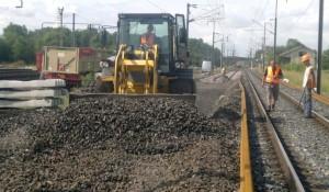 L'opérateur en travaux ferroviaires possède un parc de matériel impressionnant. Ici une chargeuse en action.