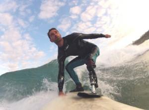 """Eric Dargent, surfeur amputé suite à une attaque de requin et équipé du nouveau genou sportif """"BTK"""" de Proteor."""