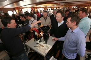 Les 30 vignerons de l'association Les Tontons Trinqueurs et 9 invités ont accueilli les prescripteurs parisiens. (Photo Jean-Christophe Tardivon)