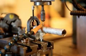 Réalisation d'un trou calibré dans un tube par électro-érosion.