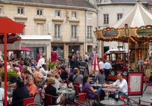 Terrasse de la place François Rude à Dijon qui n'acquittait que 22 € le mètre linéaire par an. Elle paiera dorénavant au m2 en fonction de la classification du quartier.