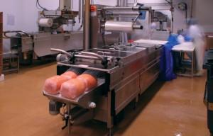 Atelier de fabrication du jambon chez Bazin à Breuches (Haute-Saône). Photo : Bazin