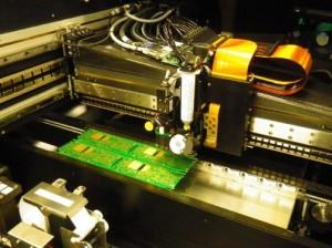 Carte électronique en train d'être sérigraphiée chez Becker Electronique avec le tout nouveau robot de pâte à braser.