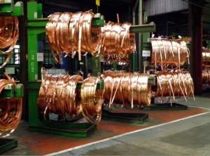 Les couronnes : le cuivre en forme enroulé tel qu'il ressort de la presse à l'issue de la phase à chaud, avant de passer en phase à froid.