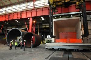 Sortie du four d'une plaque tubulaire pour générateur de vapeur chez Creusot-Forge (photo Areva, Carillo Georges).