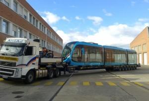La première rame du tramway de Besançon arrive au matin du 6 juin dans le quartier de Planoise.