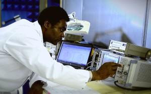 Ingénieur spécialiste des mesures et tests de compatibilité électromagnétique chez BSE Electronic.