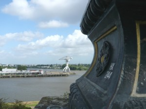 Vue sur la pointe de l'île de Nantes et l'une de ses grues historiques, depuis la rive.