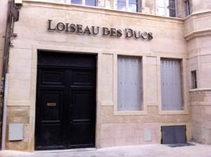 La société Sodifalux (Dijon) a réalisé l'enseigne du restaurant Loiseau des Ducs : les boitiers en aluminium laqué du lettrage sont apposés en décalage de la façade pour permettre un rétro-éclairage en leds blanches.
