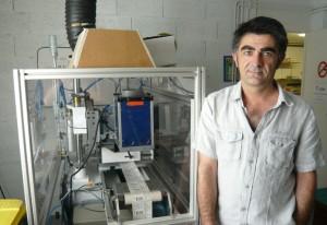 Franck Jaffiol auprès de la machine à sérigraphier pour réaliser des étiquettes adhésives en braille.