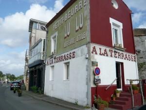 Gloire à la biscuiterie nantaise sur cette façade au village de Trentemoult.