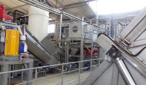 1ère phase de process : les biodéchets arrivent dans une benne où ils basculent avant leur hygiénisation.