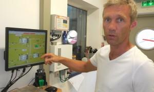 Philippe Meinrad, co-dirigeant d'Agrivalor, explique le process devant le poste informatique de surveillance.