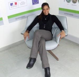 Maeva Coureux, directrice adjointe dans un fauteuil réalisé par les Editions Saint-Luc, en collaboration avec Biorenforts, membre d'ACE.