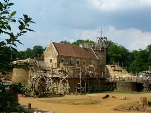 Le corps (vu de l'arrière) du logis du seigneur Guilbert, personnage imaginaire qui prendra possession de son chateau en 1256 (2025).