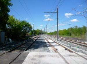 La plate-forme intègre 12 km de voies ferrées et est embranchée sur le réseau national.