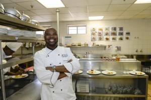 Le chef sud-africain Benny Masekwameng, célèbre dans son pays pour sa table à Johannesburg et sa participation à l'émission Master Chef tiendra le restaurant du pavillon d'honneur.