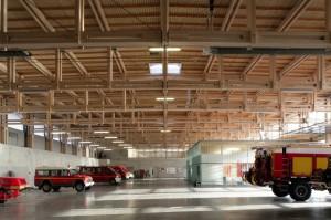 La charpente en treillis du hall des engins du centre de secours de Besançon Est lui a valu une mention. Crédit photo : © Photos Amiot-Lombard