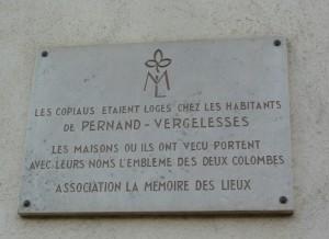 La mémoire de Jacques Copeau sur la façade de la  salle des fêtes de Pernand Vergelesses.