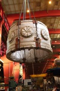 Un gros bébé d'une hauteur de 13 m, d'un diamètre de 5,4 m, pesant 425 tonnes et avec des parois épaisses de plus de 30 cm.