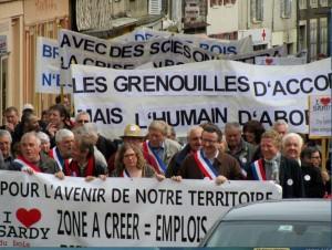 Le projet avait vivement opposé les pro-scierie (ici à Corbigny, Nièvre le 1er mai 2013) et ...
