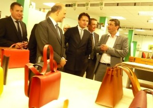 Visite de l'école Boudard : Axel Dumas, co-gérant d'Hermès (au centre), Pierre Moscovici, ministre de l'Economie et des finances à sa gauche et Thierry Bodin, le président du CFA du Pays de Montbéliard.