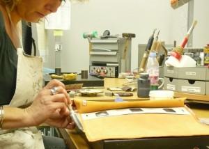 Opération d'encollage du cuir dans les ateliers de Seloncourt.